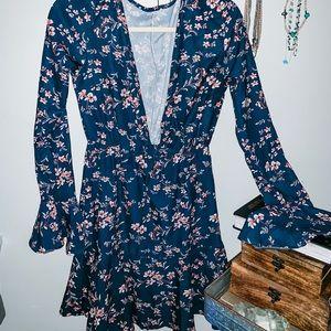 Women's v-neck bell sleeve dress size M